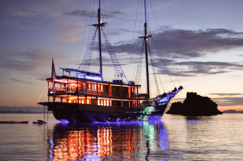 Komodo island boat trip - dive night